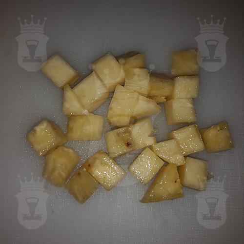 ананас порезанный кубиком