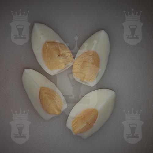 яйцо вкрутую разрезанное на четвертинки