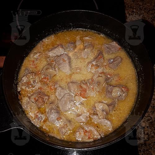 Свинина с грибами в сметанном соусе