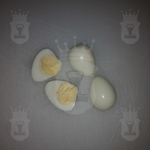 перепелиные яйца пополам