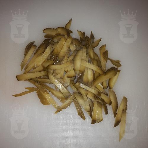 огурец маринованный или солёный соломкой