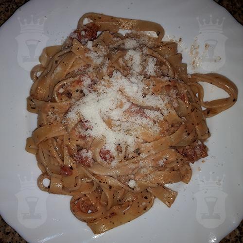Паста в сливочном соусе с помидорами и сыром