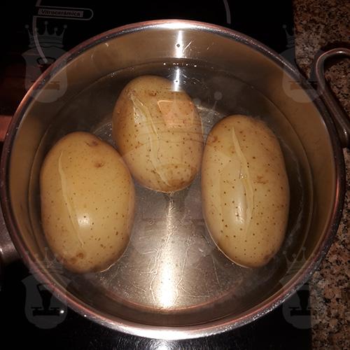 картофель варится в мундире