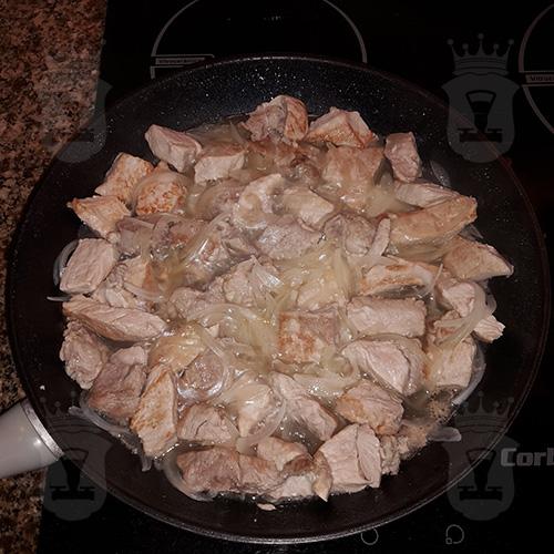 Мясо, тушёное с шампиньонами и сладким перцем