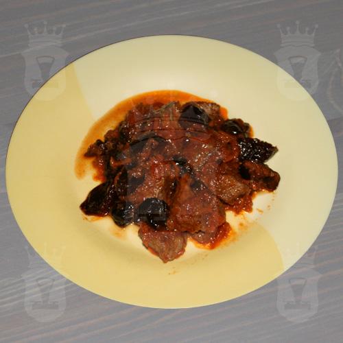 Гуляш из говядины с черносливом
