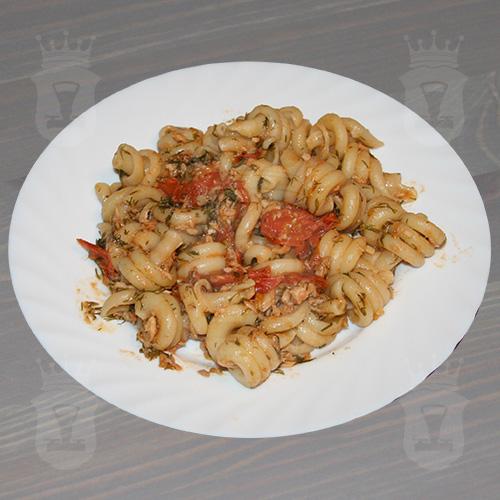 Средиземноморская паста с тунцом и томатами