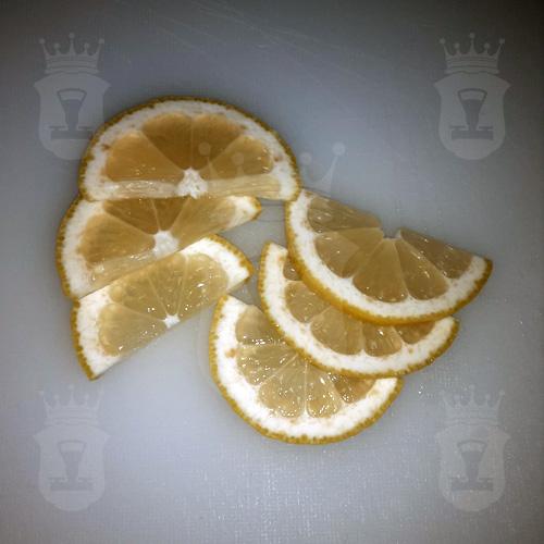 лимон порезанный дольками